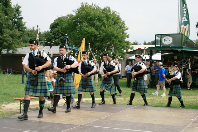 5b maclaren pipe band.jpg