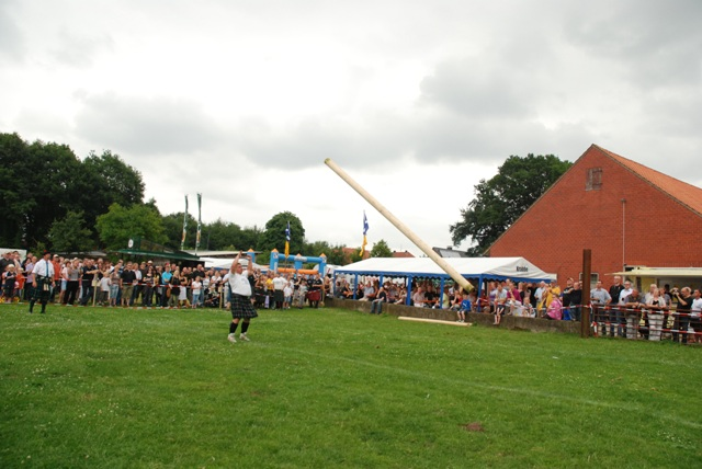 6h tossing the caber.jpg